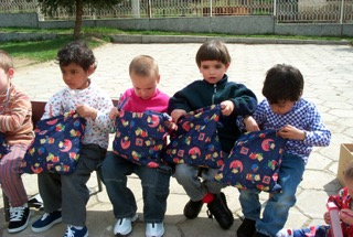 08 (13) kids opening gift bags